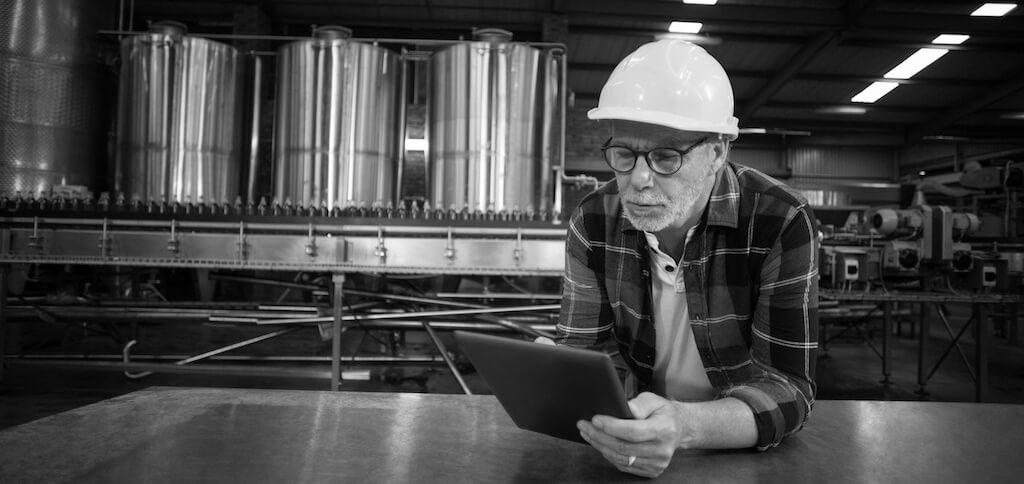 Colaborador a usar tablet num ambiente de fábrica